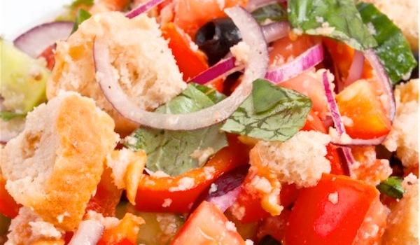 Panzanella o ensalada de pan italiana